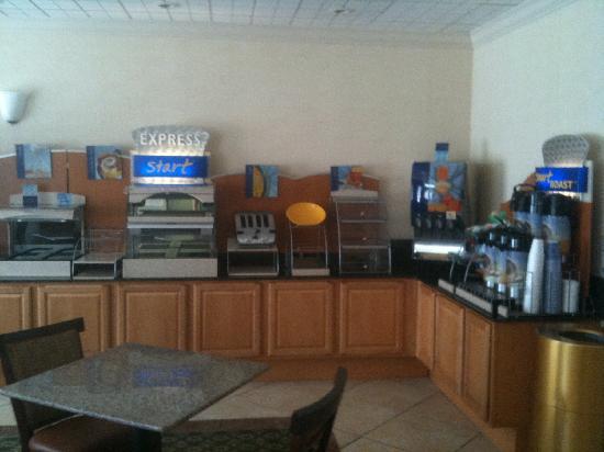 Holiday Inn Express Fayetteville: Breakfast Room