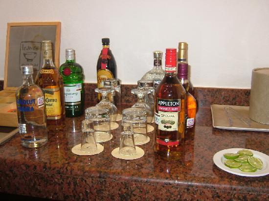 El Dorado Royale, a Spa Resort by Karisma: Fuuly stocked bar in the room.