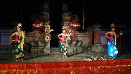 Club Med Bali: バリニーズダンサーも来てくれます