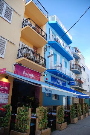 Parrots Sitges Hotel: Vue de l'hôtel et du restaurant
