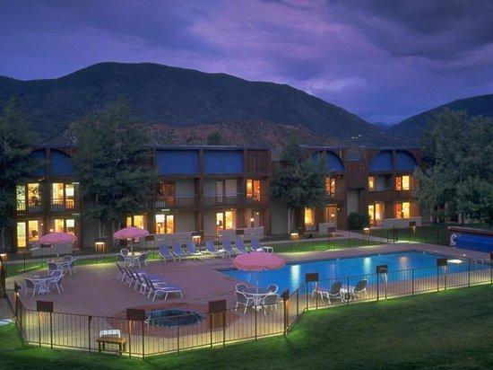 The Inn at Aspen: Pool at  Inn at Aspen Hotel at Buttermilk Ski Area