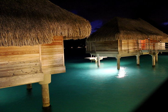 InterContinental Bora Bora Resort & Thalasso Spa: Bungalows at night