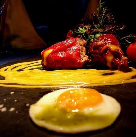 La Mandragora: Spanish smoked pepers stuffed with black pork in safron