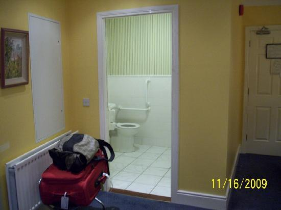 Redbank Guest House: single room with disability access bathroom