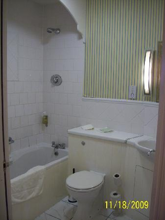 Redbank Guest House: the double rooms bathroom