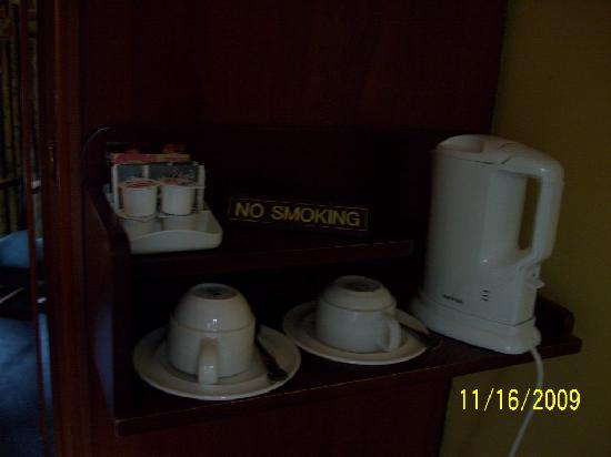 Redbank Guest House: Coffe and tea making facilities in room