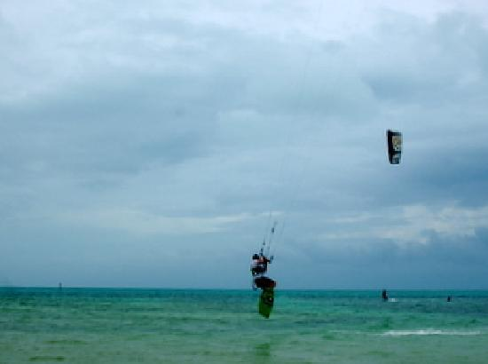 Casa Thorn Bed & Breakfast: Kite surfers at Anne's Beach