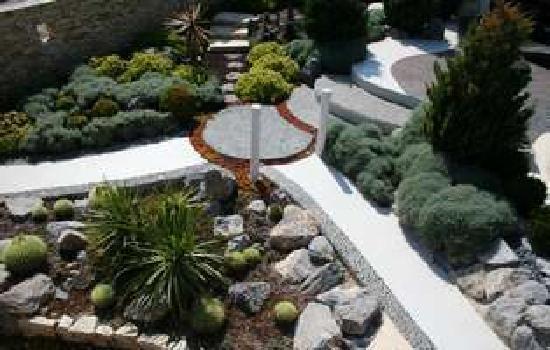 Hotel Troiz : Lush mediterranean gardens