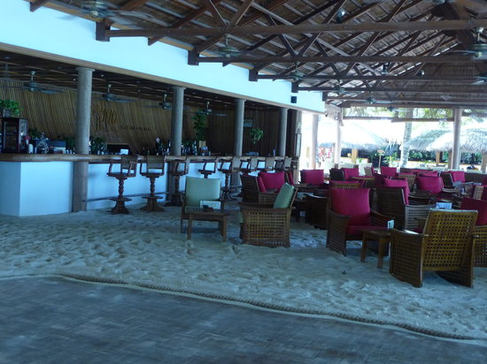 Reethi Beach Resort: Main bar in the evening