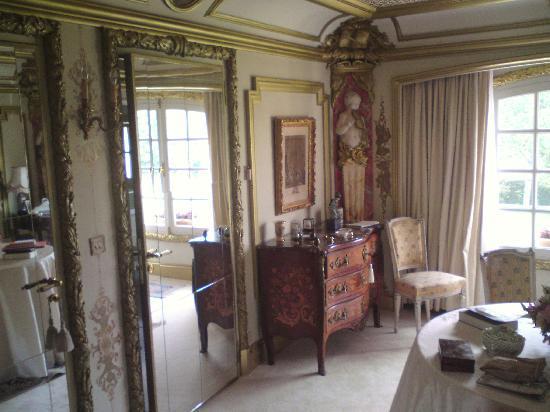 Le Petit Manoir des Bruyeres : chambre montespan salon