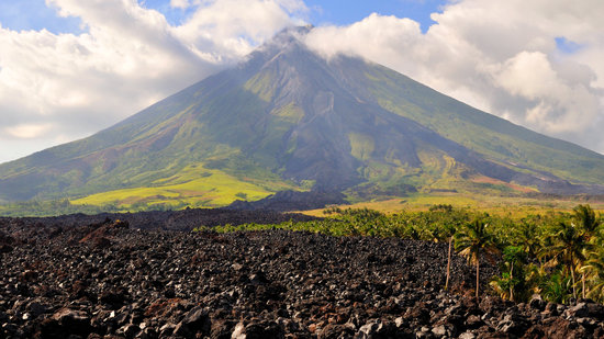Cagraray Island, Filipinler: View of Mayon from on the lava vein