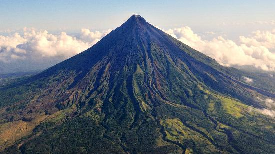 Cagraray Island, Filipinler: Aerial photo of Mayon volcano on leaving Legaspi