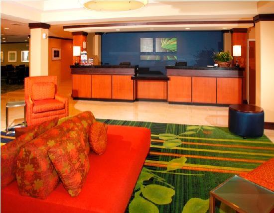 Fairfield Inn & Suites by Marriott Madison East: Front Desk Area