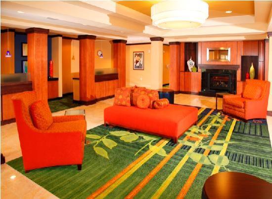 Fairfield Inn & Suites by Marriott Madison East: Lobby Area