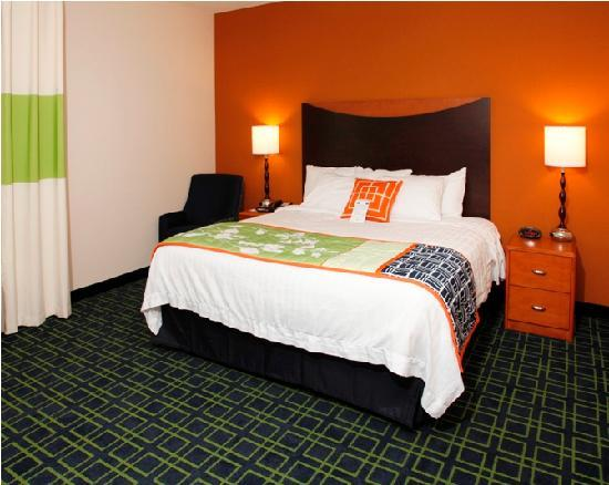Fairfield Inn & Suites Madison East: King Guestroom