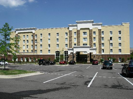 Hampton Inn & Suites Birmingham-Hoover-Galleria: Clean, modern building
