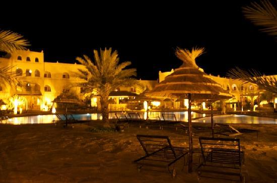 Kasbah Hotel Chergui: swimming pool by night