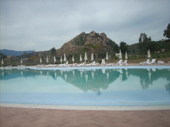 Marina Torre Navarrese Resort: piscina di giorno