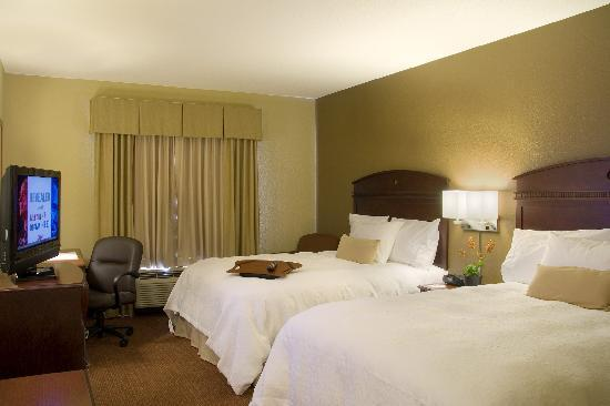 Hampton Inn and Suites Madison West: Two Queen Guestroom