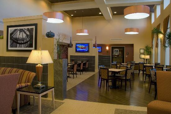 Hampton Inn and Suites Madison West: Lobby Area
