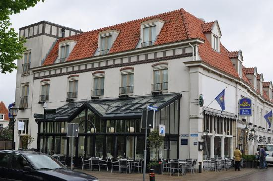 Harderwijk, Niederlande: Hotel building has a pub attached (glass covered area)