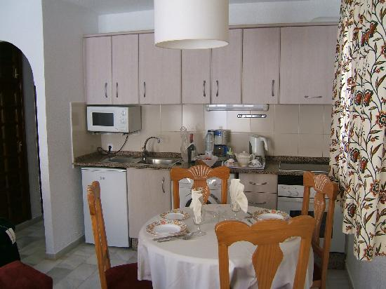 Muthu Infiniti Beach Resort: Kitchen in apartment
