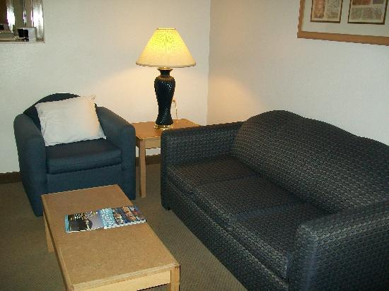 BEST WESTERN PLUS DFW Airport Suites: living area
