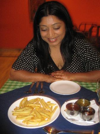 Hotel Manali: Enjoying the food in hotel