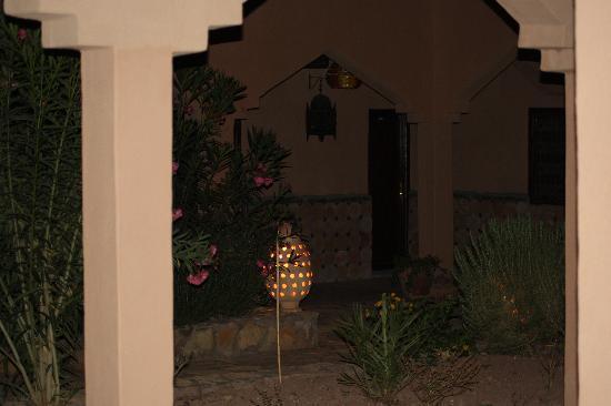 Auberge La Terrasse des Delices: cour interieure la nuit