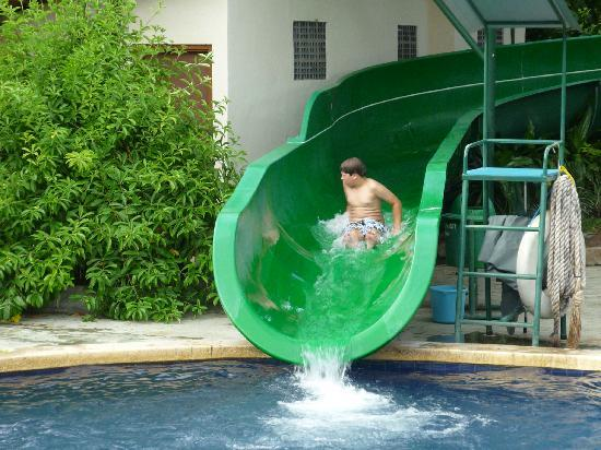 Bali Dynasty Resort Hotel: Water slide at hotel
