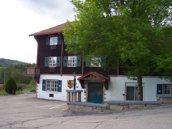 Swiss Chalets Village Inn: Well-maintained buildings