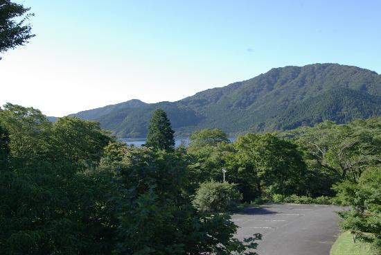 Hakone Lake Hotel: 翌朝の光景です。窓から芦ノ湖が望めます。