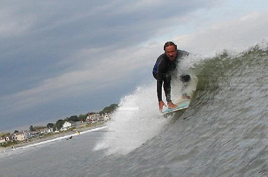 Rye Beach, Nueva Hampshire: Catching some waves - cold water !!