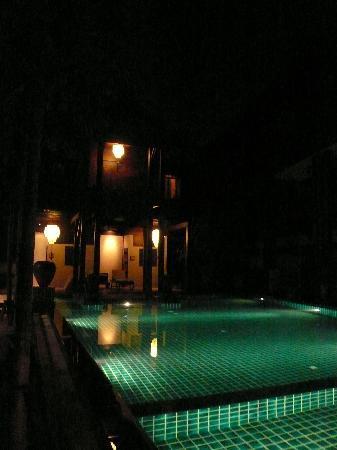 Yantarasiri Resort: 夜のプールサイド