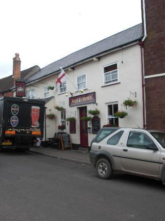 The Rose and Crown Inn: Rose and Crown from outside