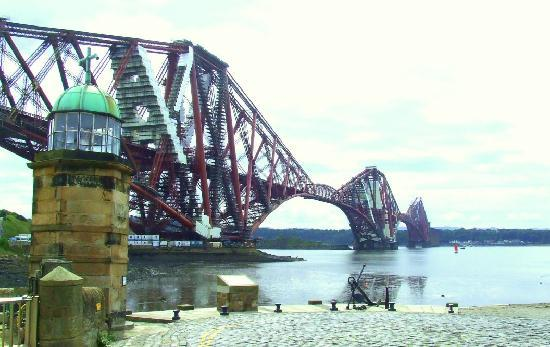 9 East Bay Bed & Breakfast : The Forth Bridge & Wee Lighthouse North Queensferry