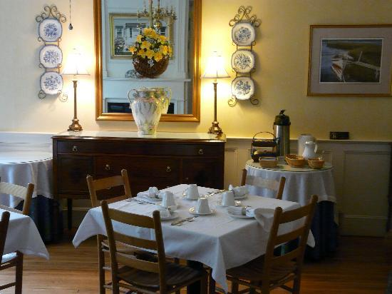Brass Lantern Inn: Breakfast Room