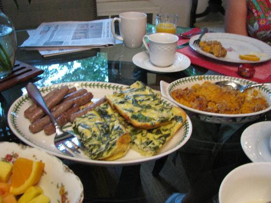 Oakland Cottage B&B: Breakfasts home-cooked and delicious, always fresh fruit, fresh cofee and fresh flowers on the t