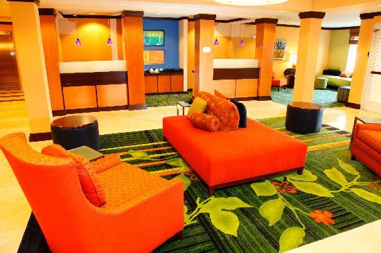 Fairfield Inn & Suites Rockford: Lobby Sitting Area