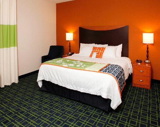 Fairfield Inn & Suites Rockford: King Guestroom