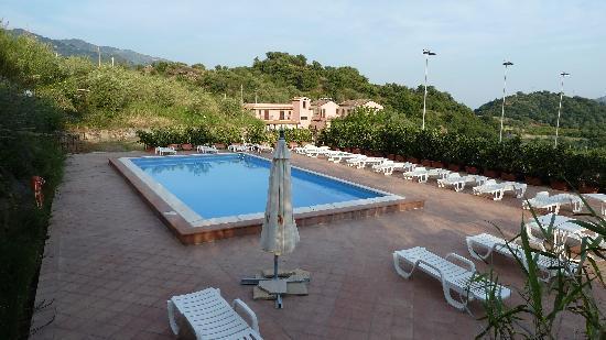 Graniti, İtalya: Pool mit Hotel im Hintergrund