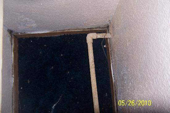 Budget Suites of America-Irving: Disgusting pipes