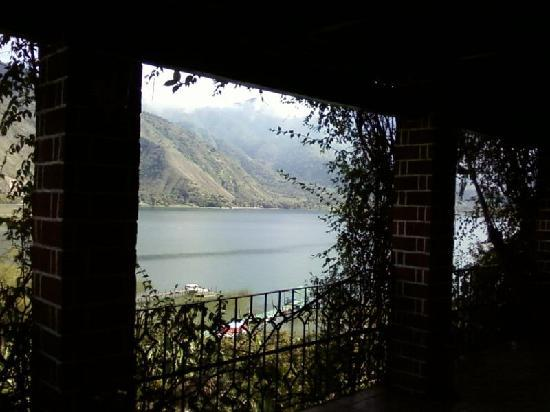 Eco Hotel Uxlabil Atitlan: Lake view from the corridor