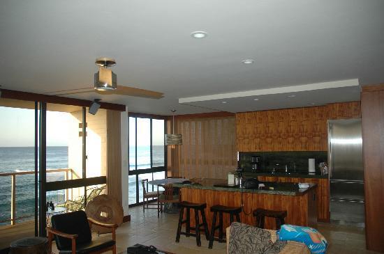 Coastline Cottages Kauai: kitchen and dining area