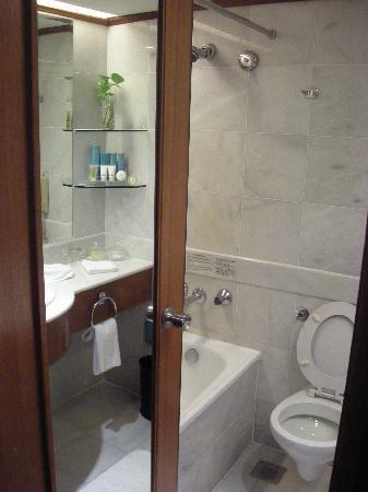 Hotel Jen Penang by Shangri-La: Bath & Toilet