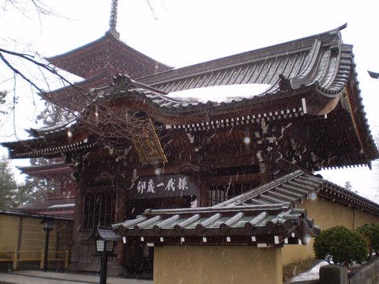 Hirosaki, Japan: 山門と五重塔