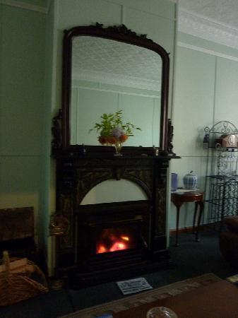 Mt Lyell Anchorage: LOUNGEROOM WITH FIREPLACE- COSY