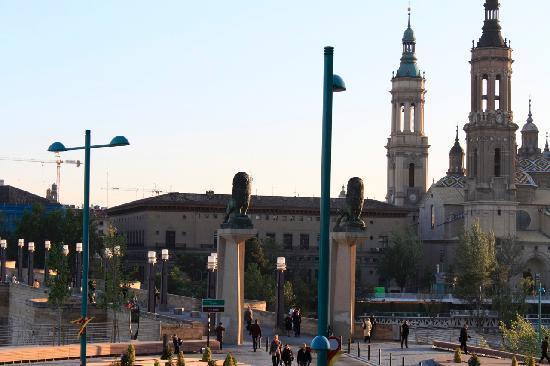 Ibis Zaragoza Centro: Window view to river, Basilica Pilar and the bridge