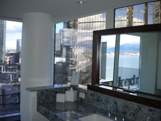 Fairmont Pacific Rim: Wonderful bathroom