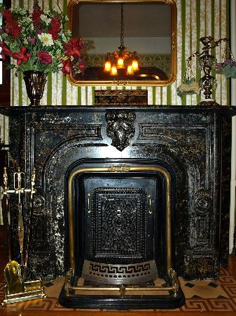 Candlelight Inn: Sitting Room Fireplace